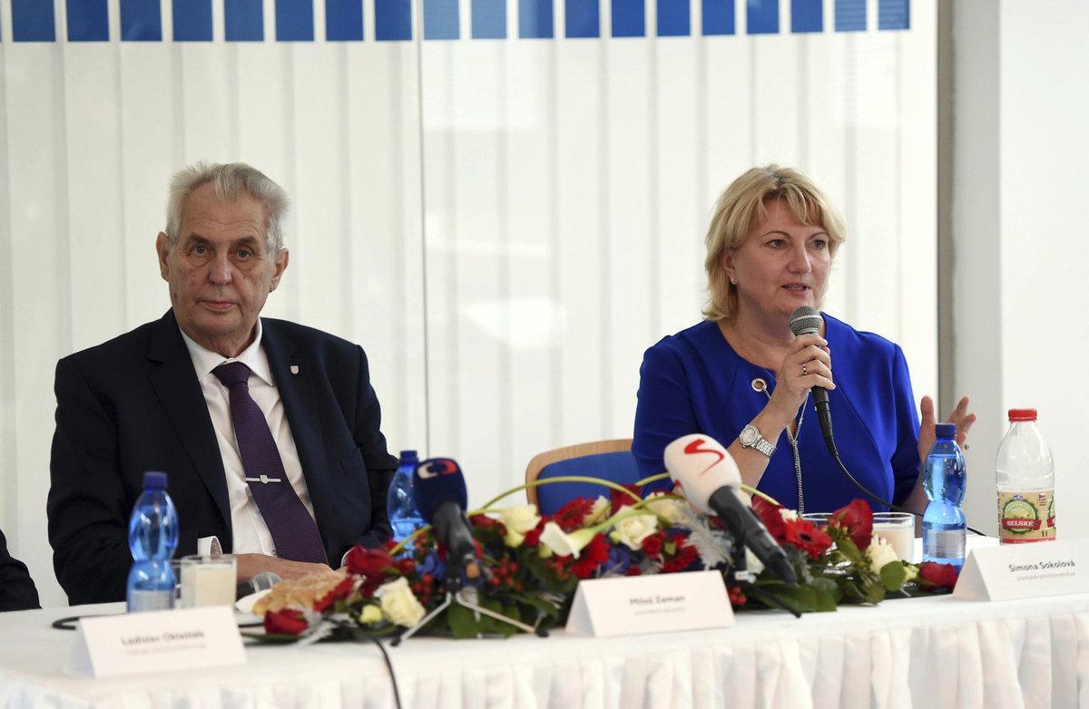 Miloš Zeman navštívil v Olomouckém kraji podnik Olma. Vpravo ředitelka Simona Sokolová.