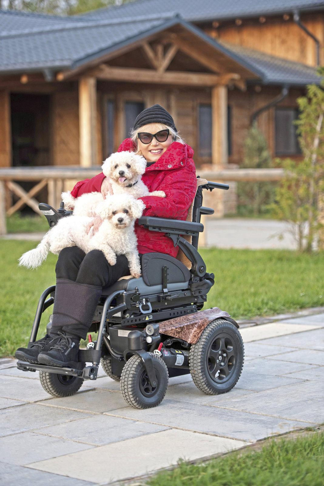 Marika využívá nový elektrický vozík i se svými pejsky – Láskou a Lucky.