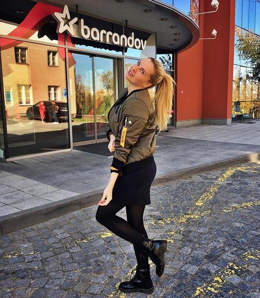 Kateřina Kristelová před televizí Barrandov