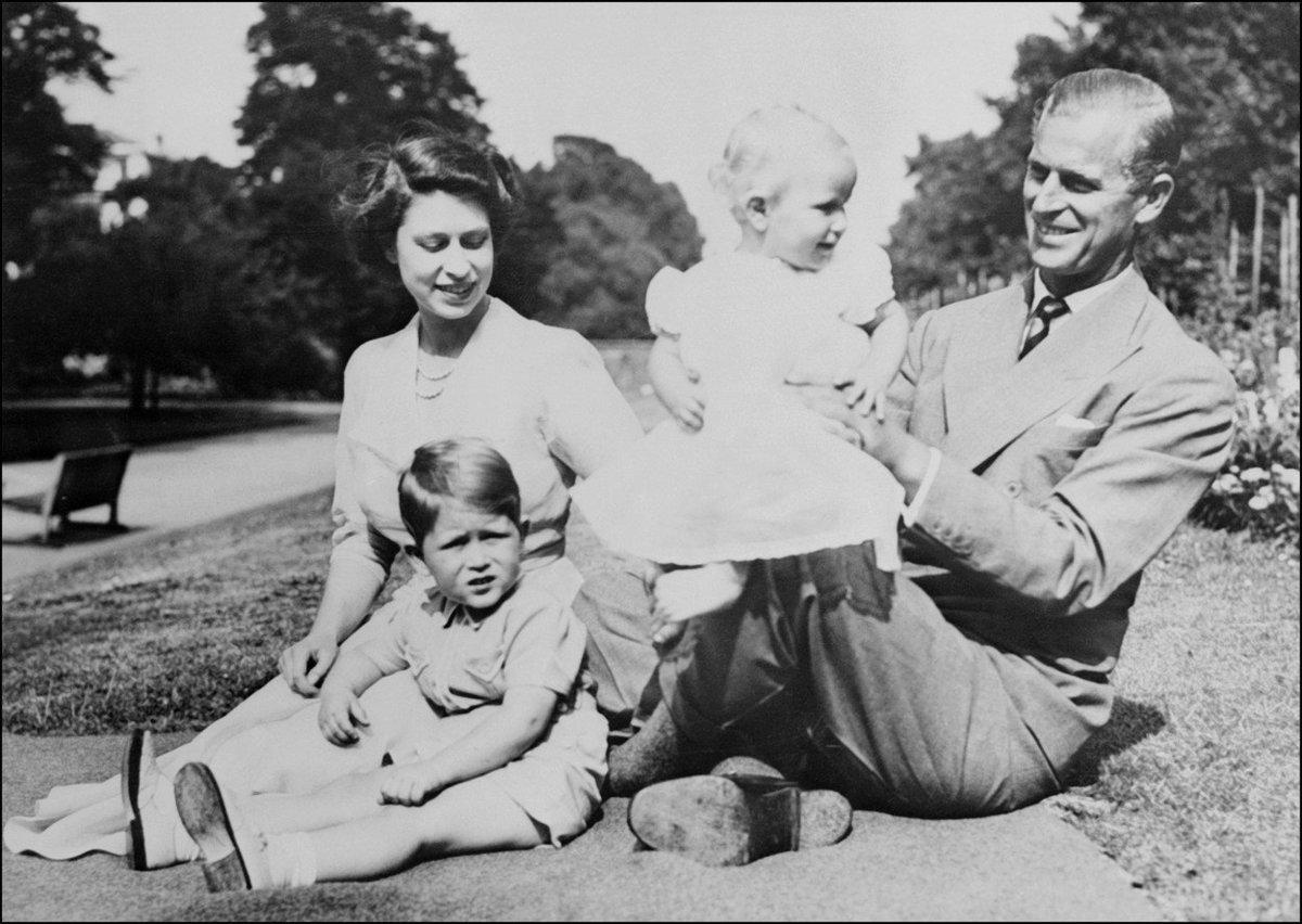 Královna a princ Philip s malým princem Charlesem a princeznou Annou