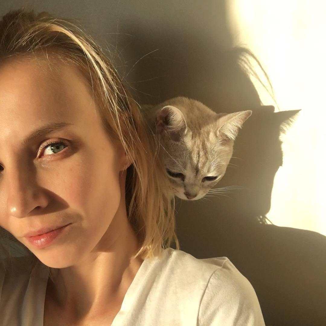 Jana Plodková má na svém Instagramu vážně pěkné fotky, jako je například tahle, na které je se svým klukem - kočičím!