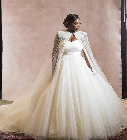 Šaty Sereně navrhla Sarah Burton z módního domu Alexander McQueen