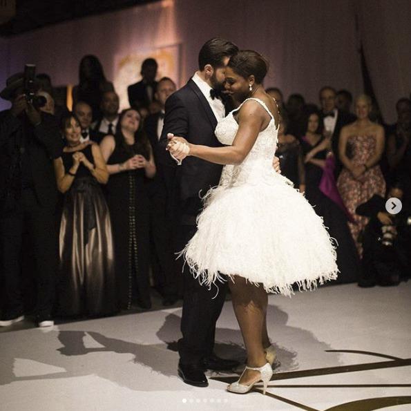Na první tanec se Serena převlékla do šatů značky Versace