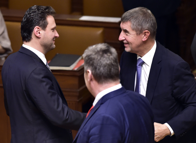 Radek Vondráček přijímá gratulace od šéfa ANO Andreje Babiše.
