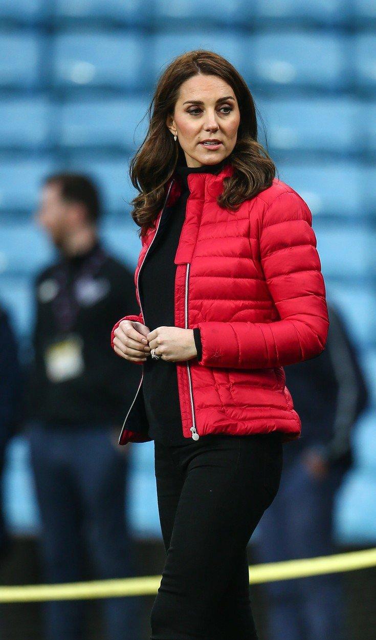 Těhotná vévodkyně Kate se proběhla po fotbalovém hřišti a ukázala hubenou postavu.