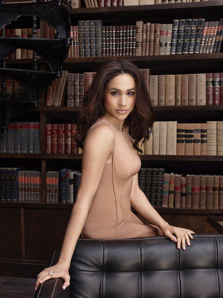 Meghan Markle v seriálu Suits, natáčeném v letech 2011 až 2016, kde hrála vynikající právničku
