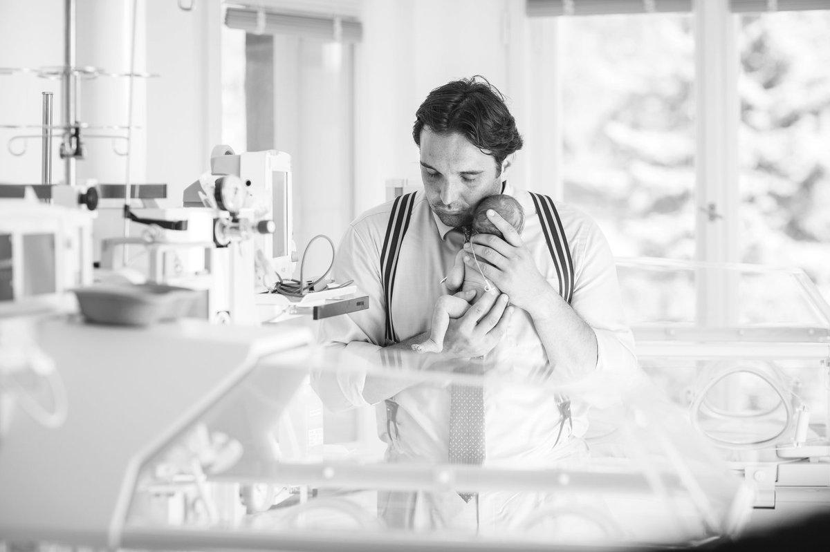 Operní pěvec Adam Plachetka s předčasně narozenými dětmi.