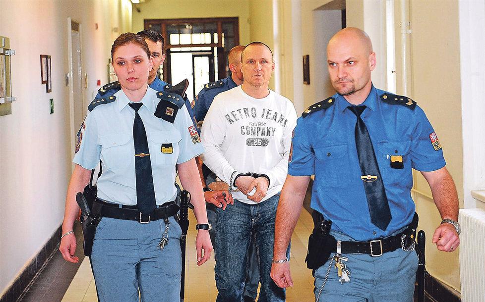 Komplic Čermák byl odsouzen na devět let. Stejný trest dostal v nepřítomnosti i Procházka.