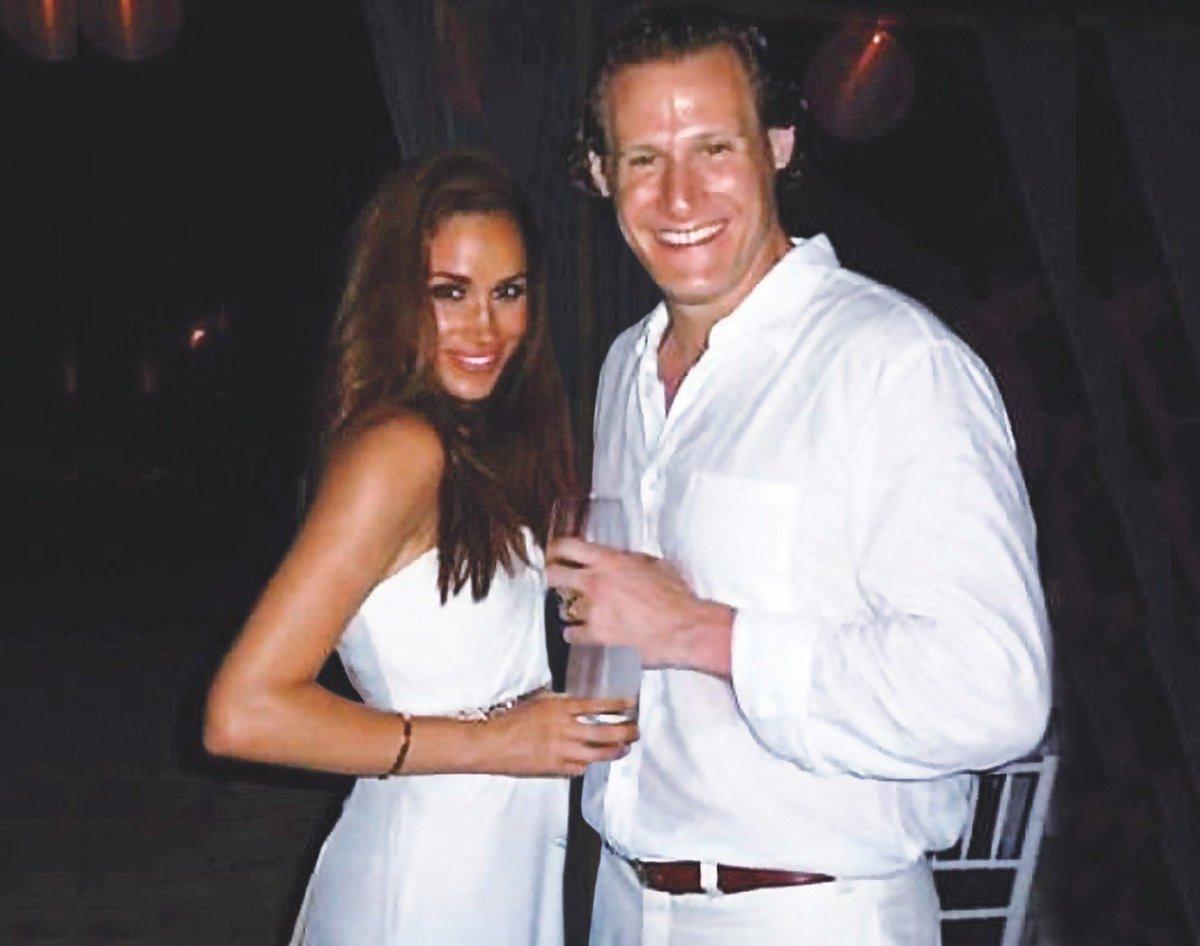 Meghan se svým tehdejším manželem ve svatební den