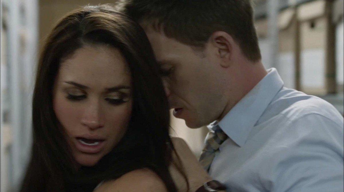 Sexuální scéna Meghan Markle a Patricka J. Adamse v seriálu Kravaťáci
