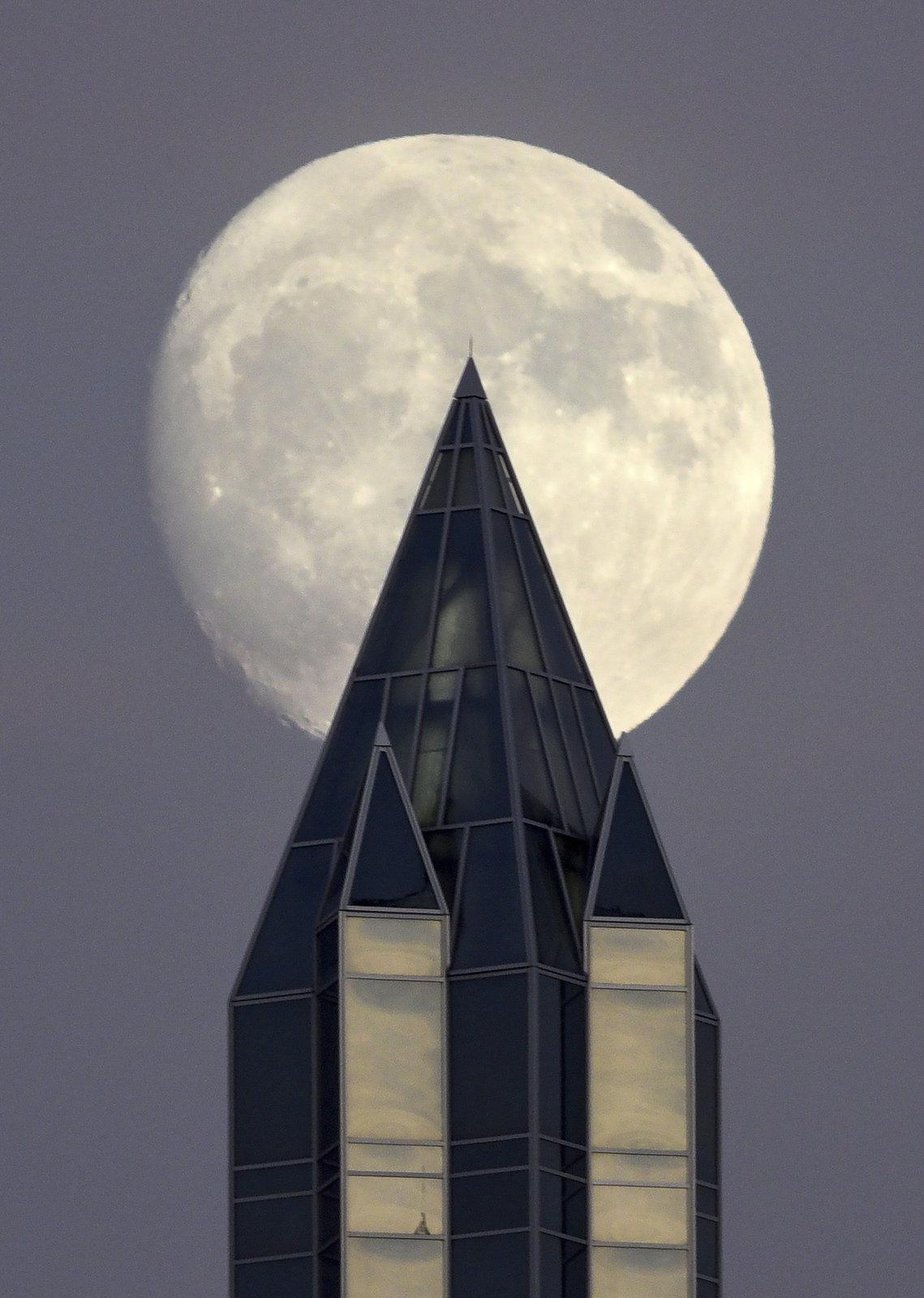 Měsíc napíchnutý na věži v Pittsburghu.