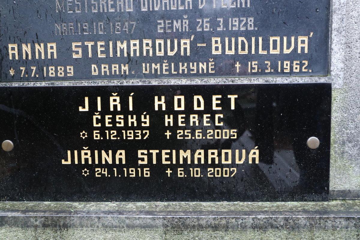 Rodinná hrobka na Olšanských hřbitovech, kde Jiří Kodet spočinul vedle maminky Jiřiny Steimarové, která ho přežila o dva roky.