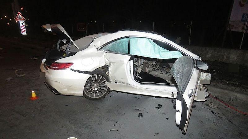 V Mercedesu zemřela mladá žena