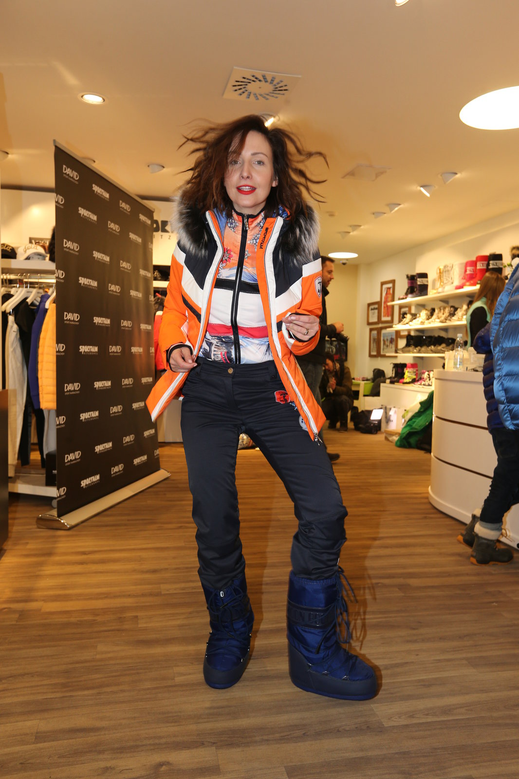 Herečka Veronika Arichteva v lyžařském oblečení.