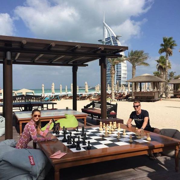 David Limberský s přítelkyní si zahrál šachy téměř ve stínu dubajské dominanty