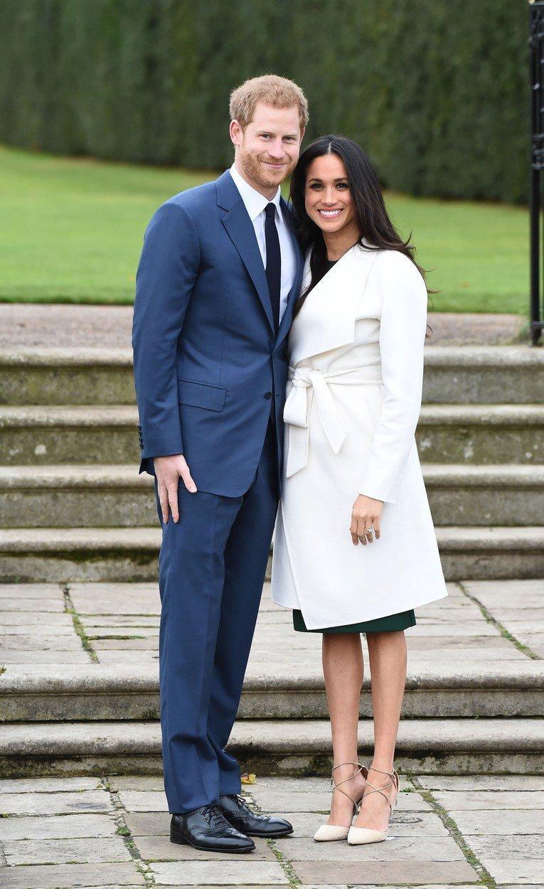 Princ Harry a Meghan markle v bílém kabátu značky LINE The Label
