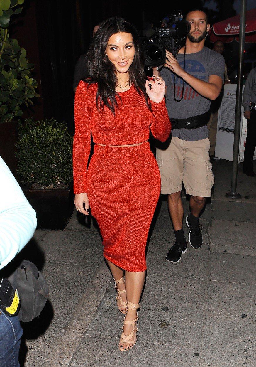 Kim Kardashian opět ukazuje své křivky.