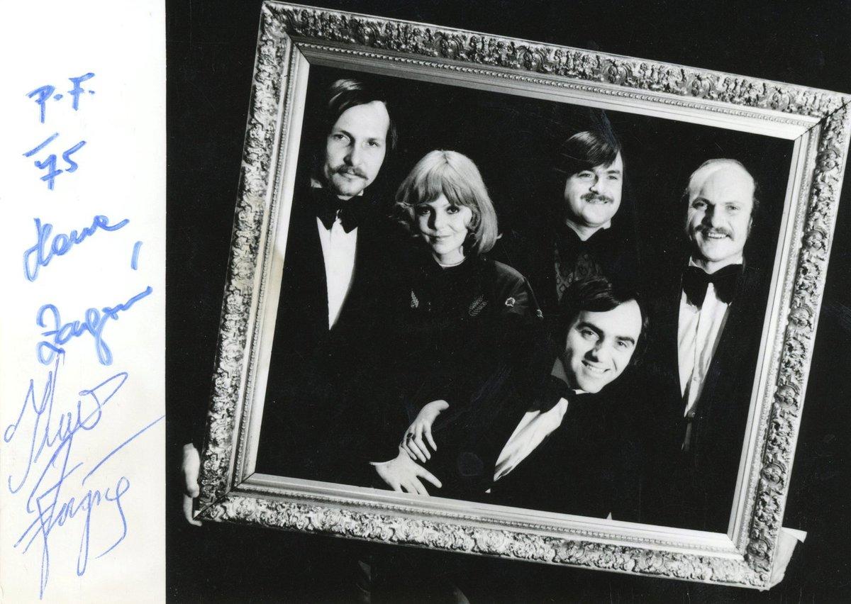 Novoročenka 1975 podepsaná Hanou Zagorovou a kapelníkem Karlem Vágnerem.