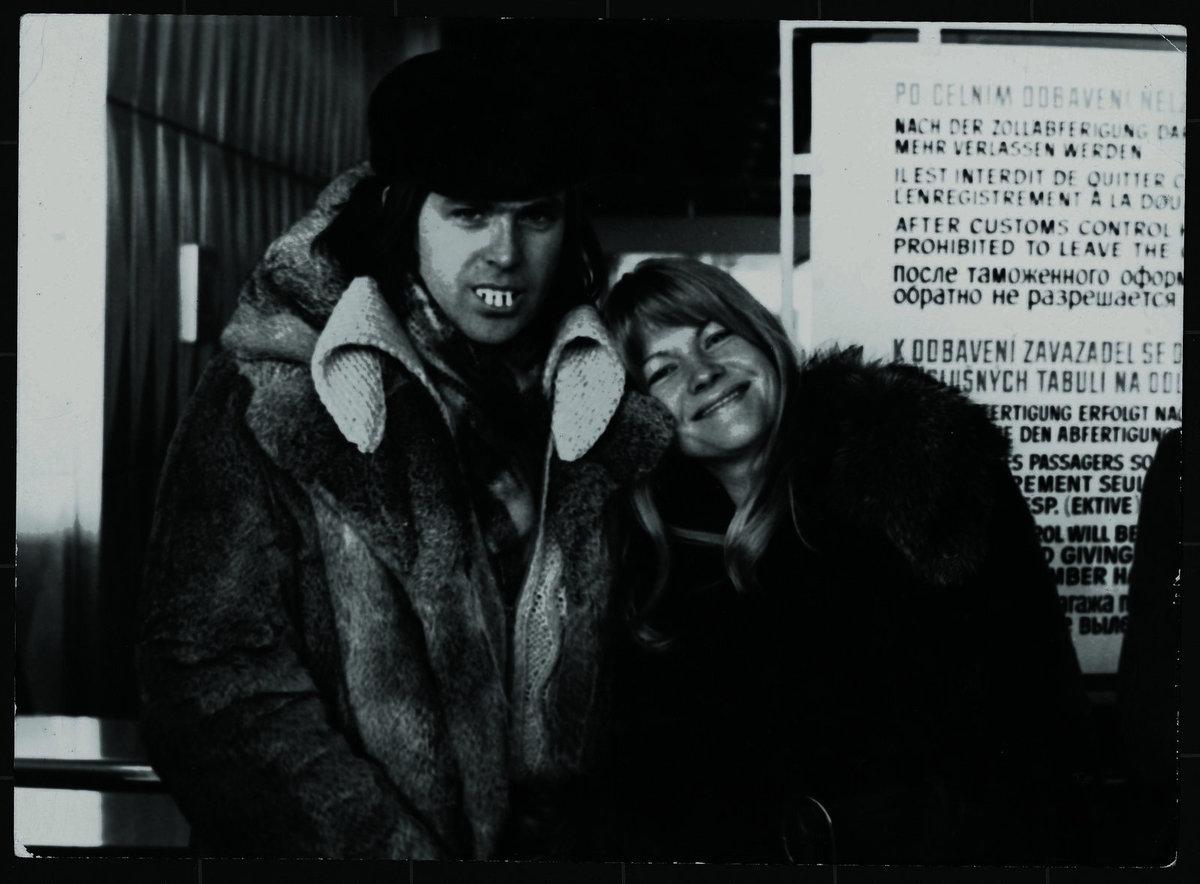 Vtipálek Karel Vágner ještě bez knírku s Evou Pilarovou na letišti před odletem na dlouhý zájezd na Sibiř.