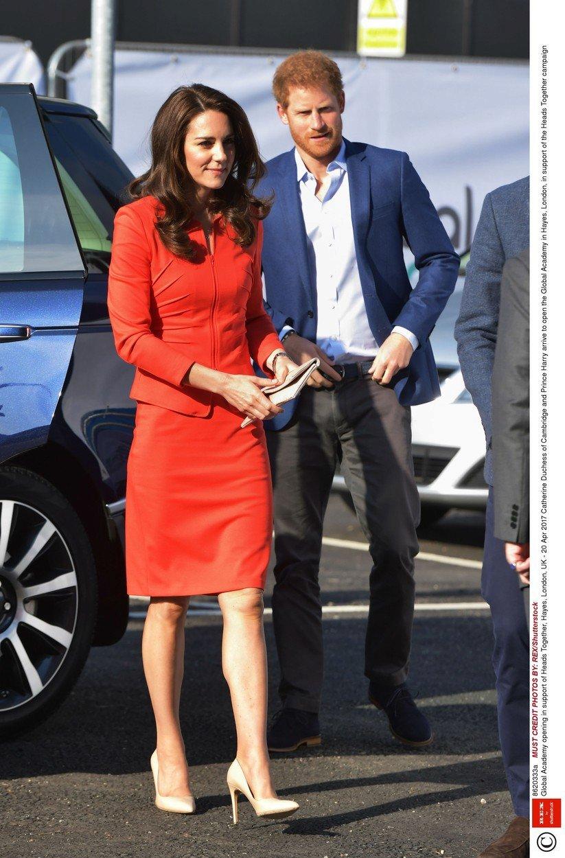 Vévodkyně Kate v kostýmu Armani