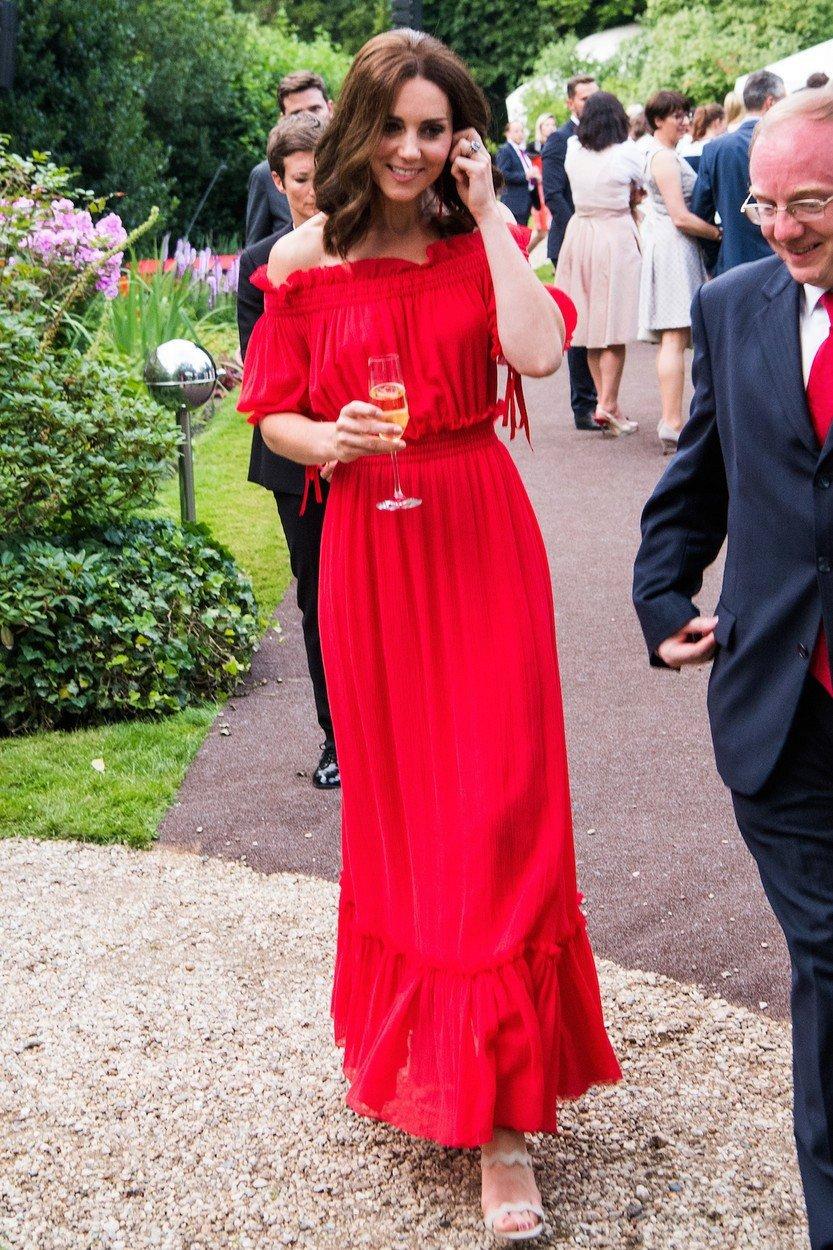 Vévodkyně Kate v šatech Alexander McQueen