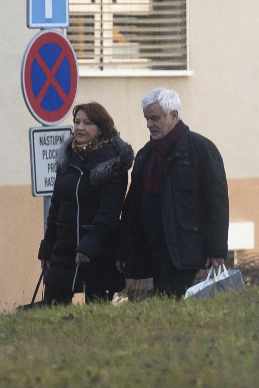 Manželé Petr Štěpánek a Zlata Adamovská u nemocnice