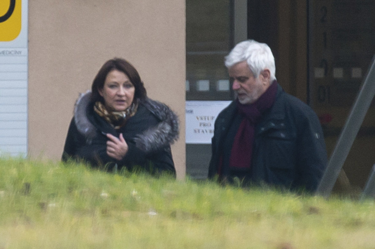 Manželé Petr Štěpánek a Zlata Adamovská vycházejí z nemocnice