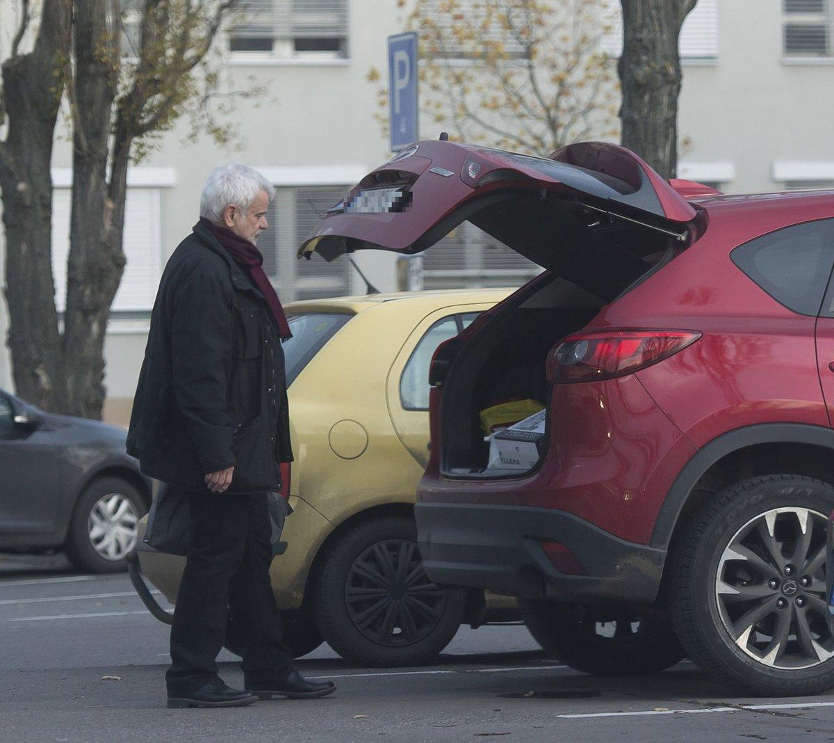 Petr Štěpánek u auta před nemocnicí
