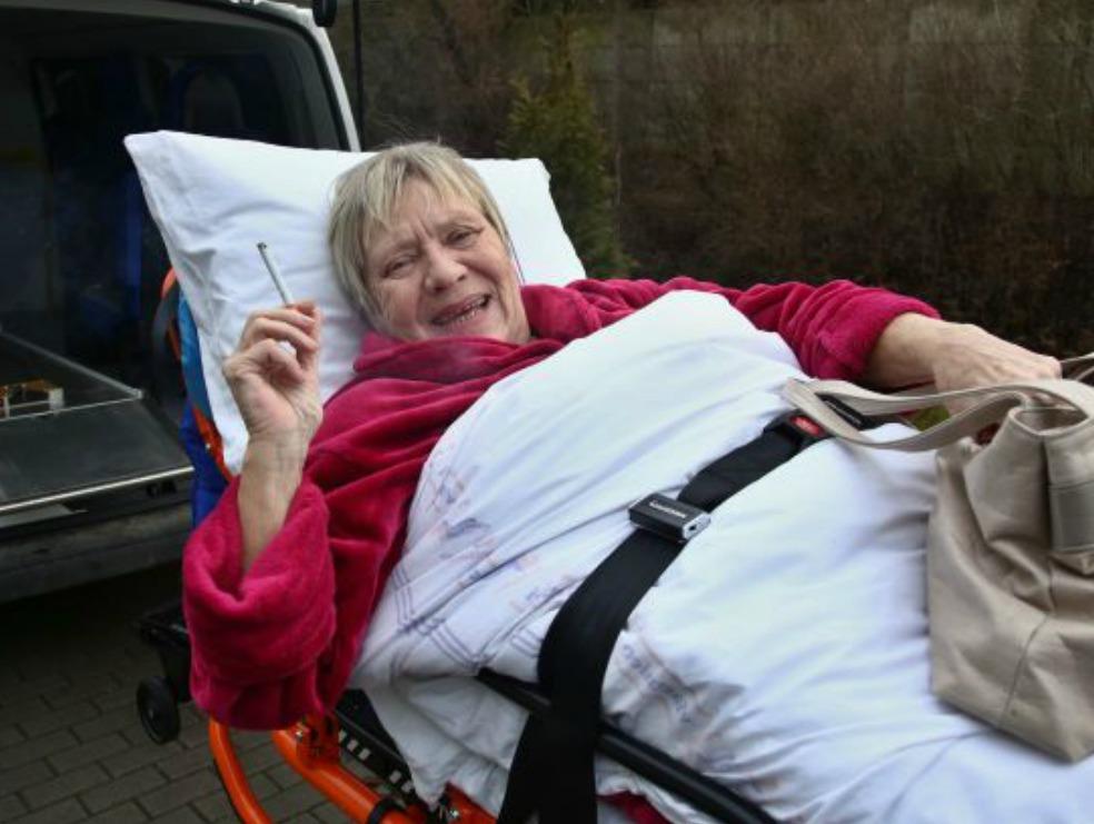 Cigareta jí po jízdě v sanitce náramně chutnala.