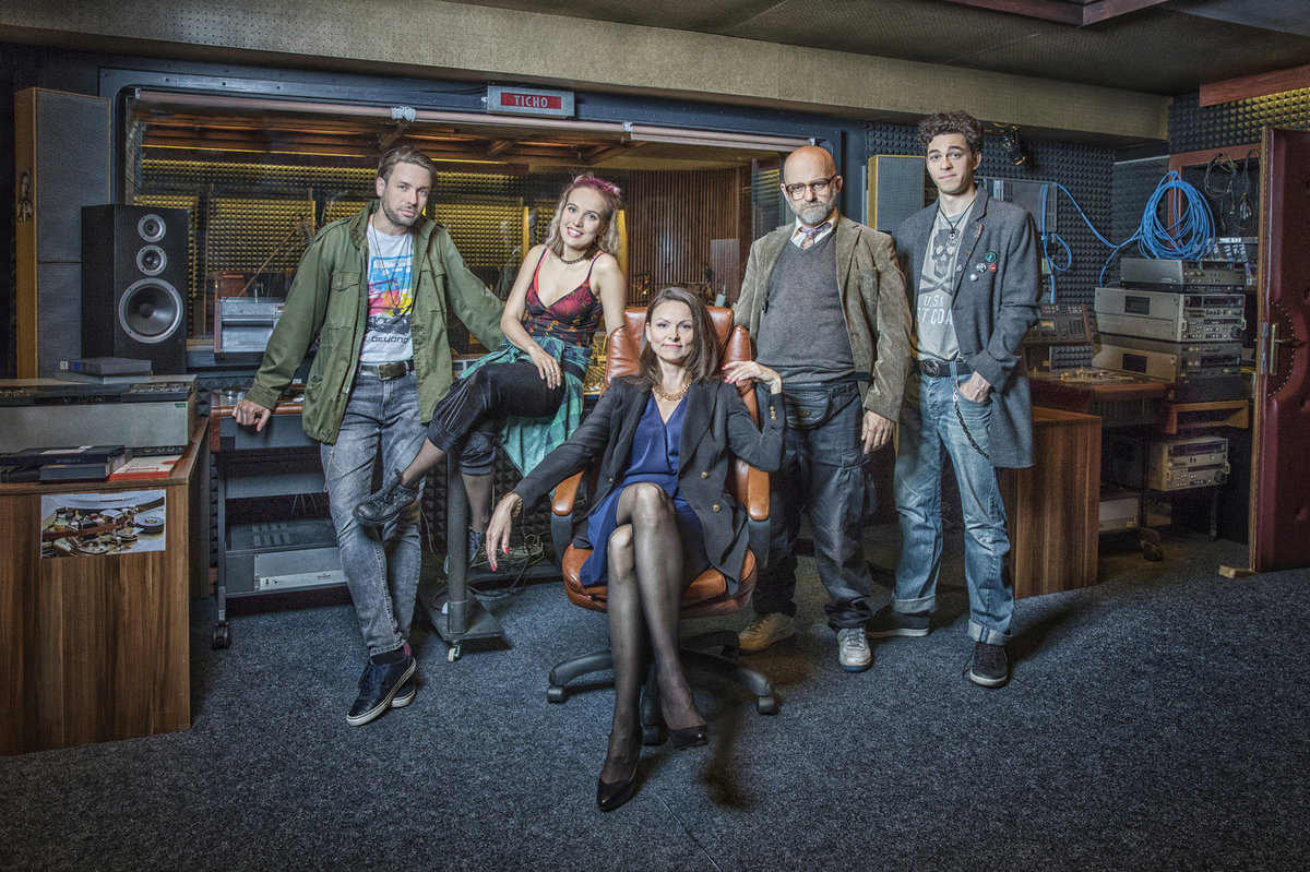 Václav Neužil, Tereza Voříšková, Klára Melíšková, Hynek Čermák a Marek Adamczyk v seriálu Dabing Street