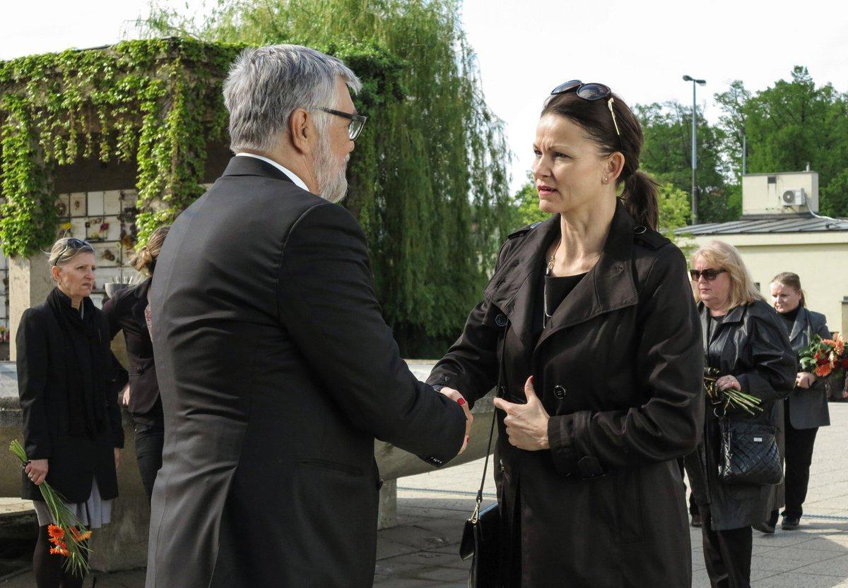 Jiří Bartoška a Klára Melíšková v seriálu Dabing Street