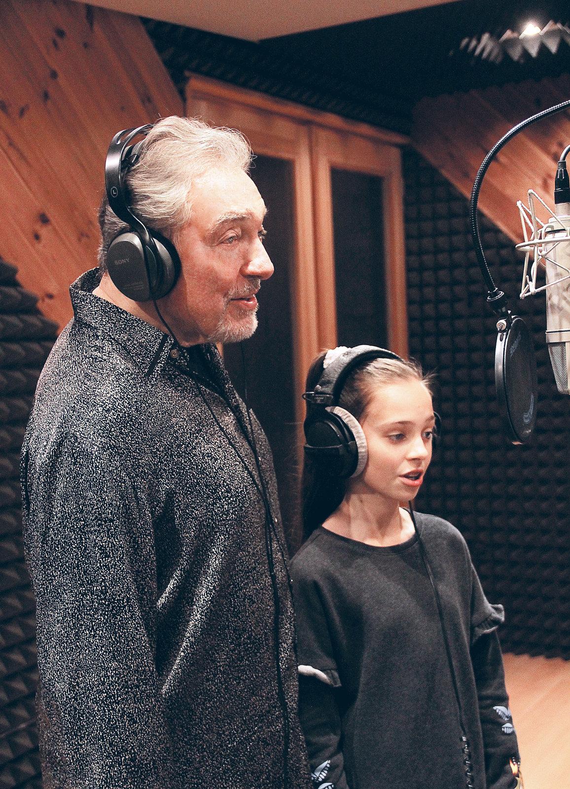 Charlotte Gottová je v nahrávacím studiu jako doma. S tátou nedávno nazpívala úvodní písničku k pohádce Když draka bolí hlava.