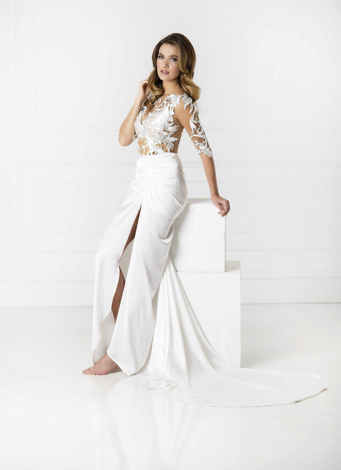 Andrea Bezděková v bílých šatech s krajkou.