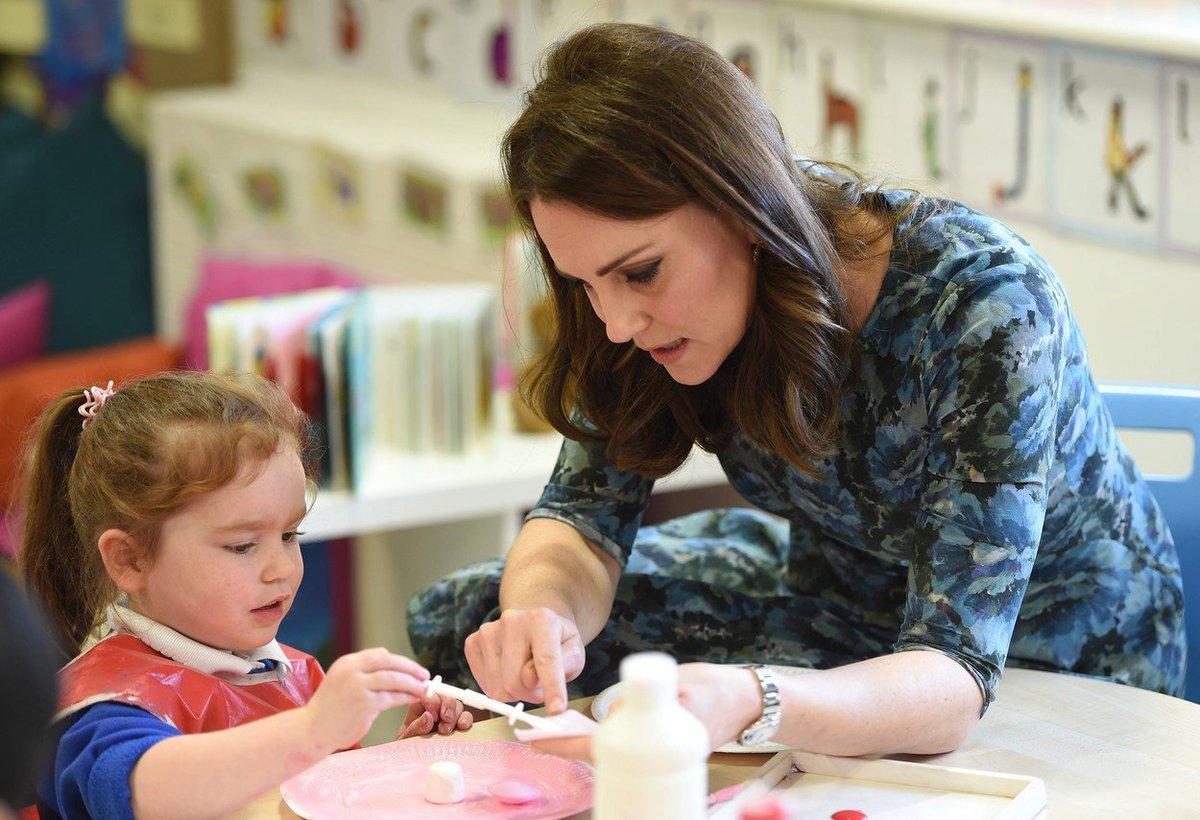 Vévodkyně Kate při návštěvě školy
