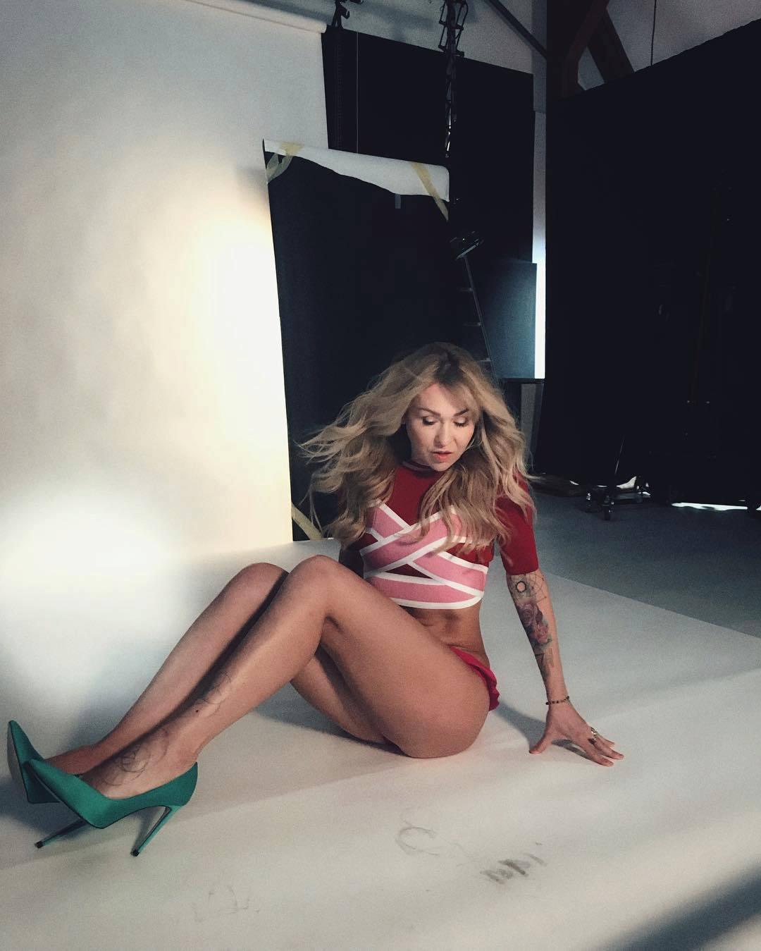 Kateřina Kaira Hrachovcová fotila pro časopis Dieta a předvedla nohjy dlouhé až do nebe! Je ve skvělé formě, nemyslíte?