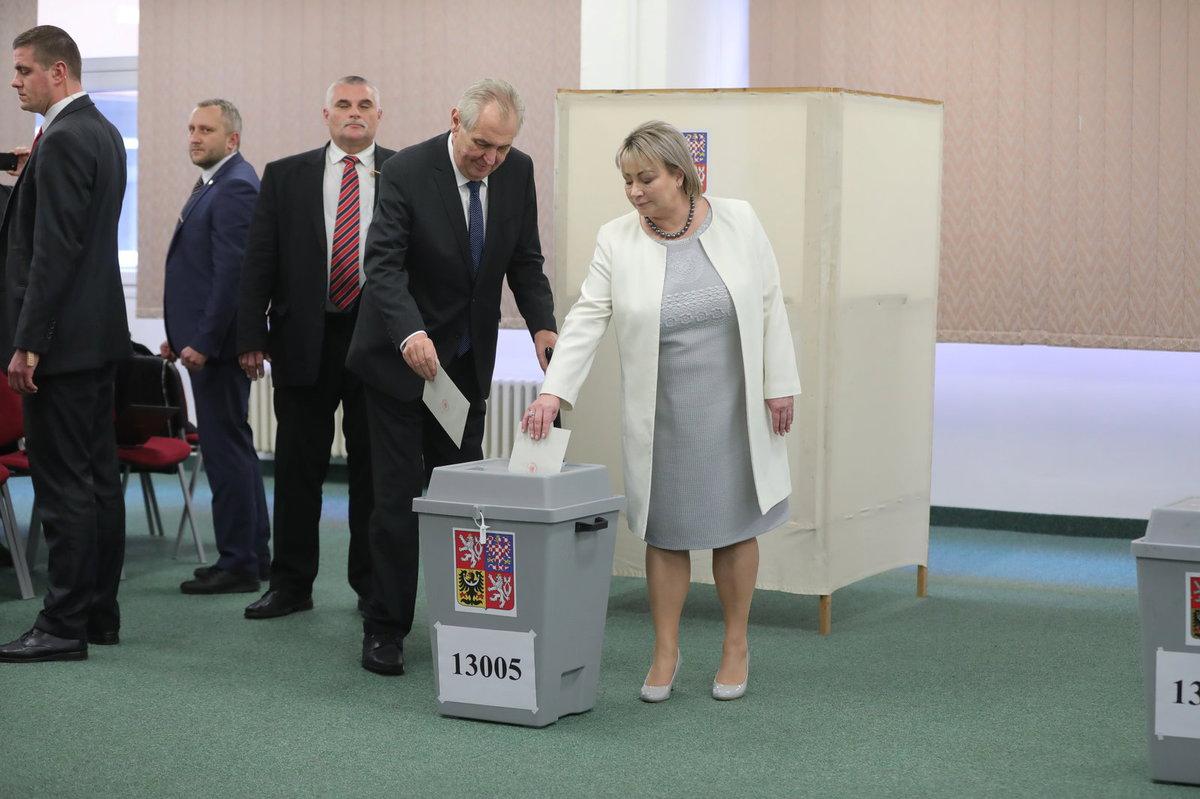 Prezident Miloš Zeman dorazil volit ve 2. kole prezidentské volby s manželkou Ivanou