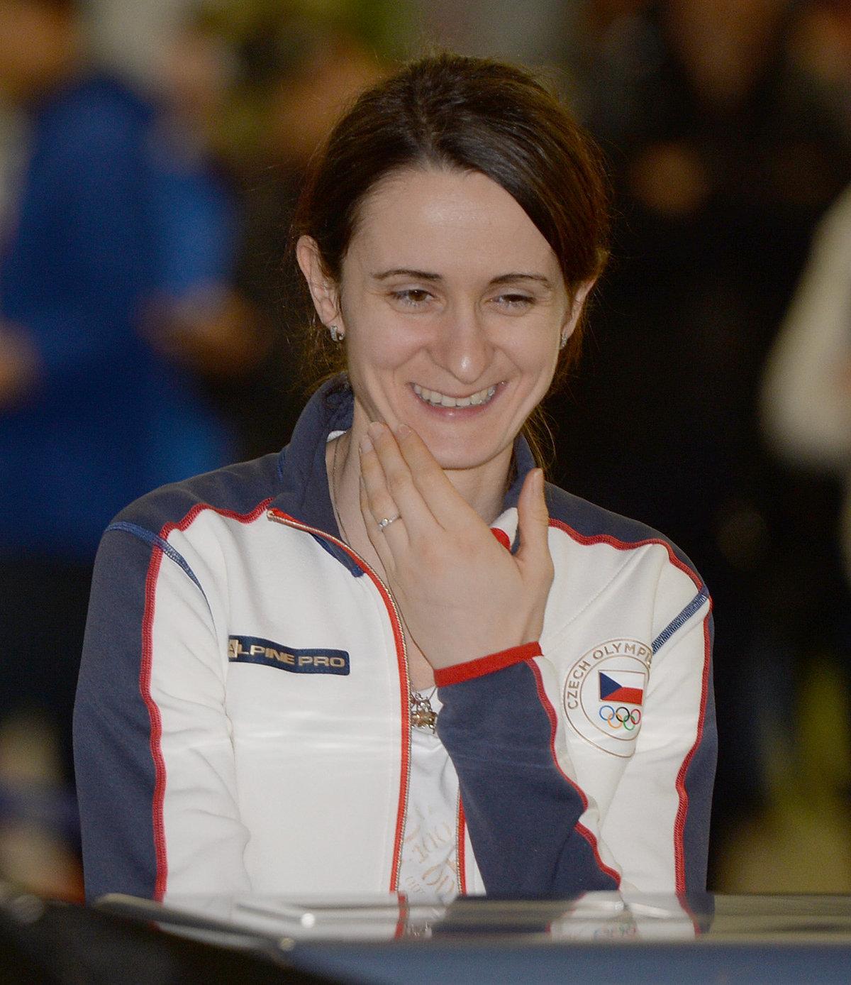 Usměvavá Martina Sáblíková na letišti, odkud vyrazila směrem Pchjongčchang