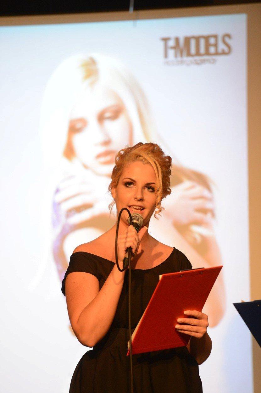 Kateřina Zemanová moderuje módní přehlídku v K4 klubu (2013)