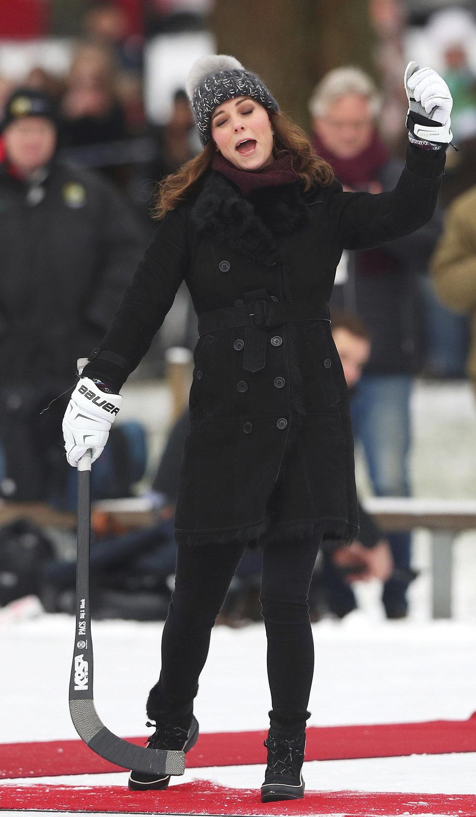 Krásná Kate se při bandy hokeji bavila doslova královsky.