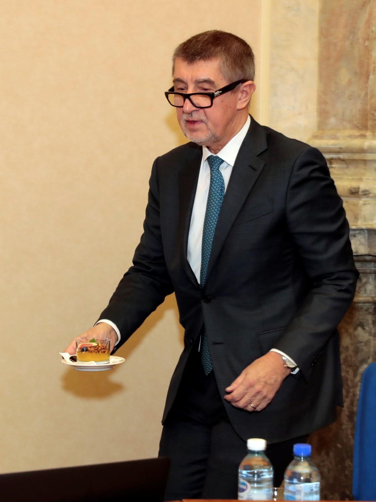 Andrej Babiš zřejmě jedná nerad hladový. Pře jednáním vlády se musel posilnit ( 31. 1. 2018)