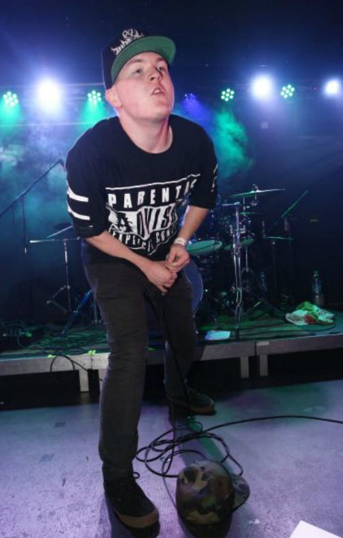 Artur Štaidl coby zpěvák kapely Behind the Mirror
