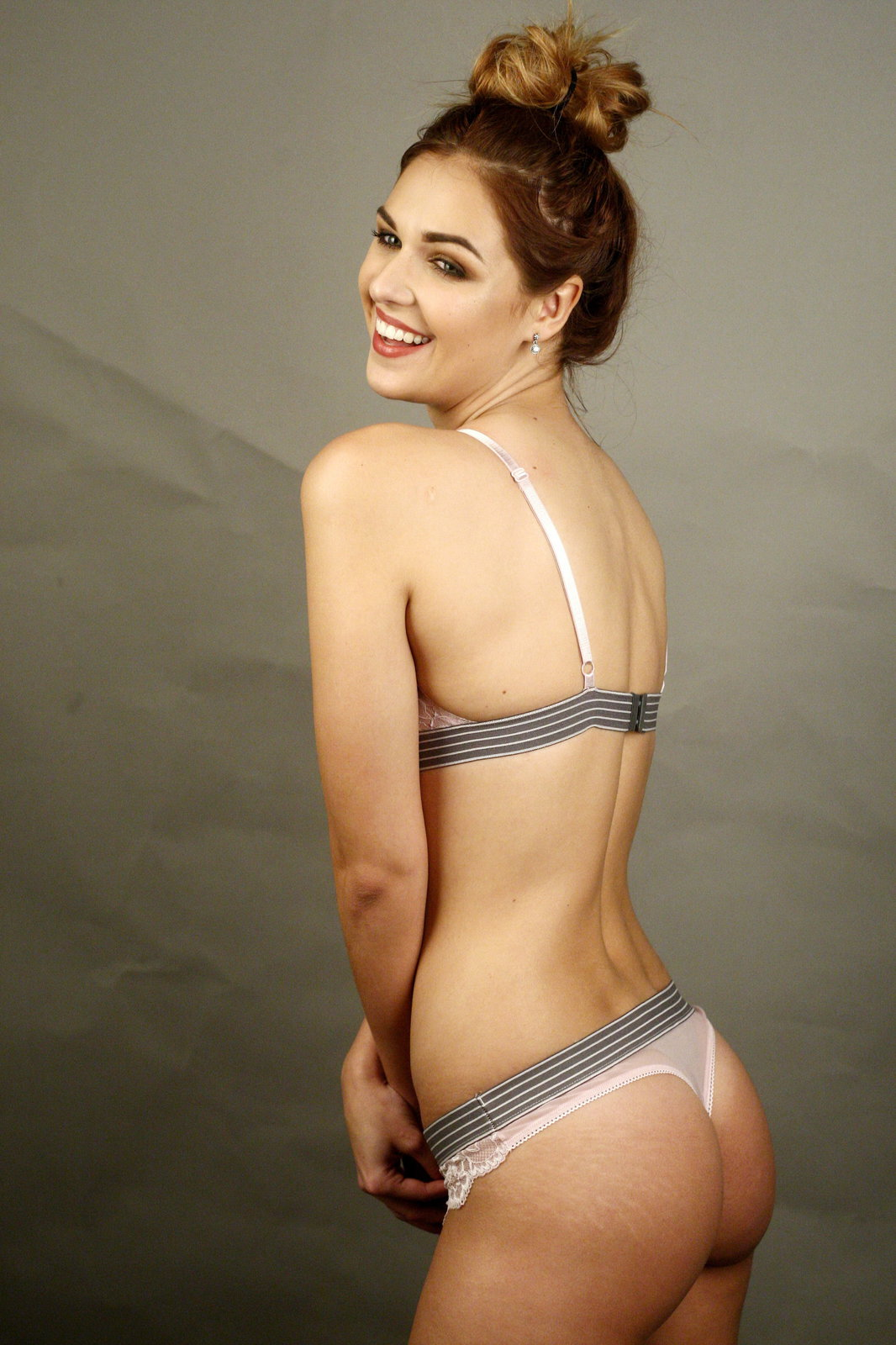 Modelka Lucie Kovandová se svlékla do spodního prádla.