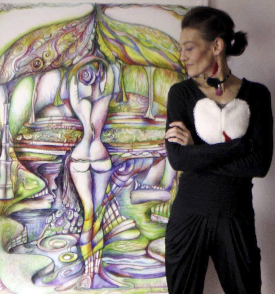 Monika Kvasničková se svými obrazy.