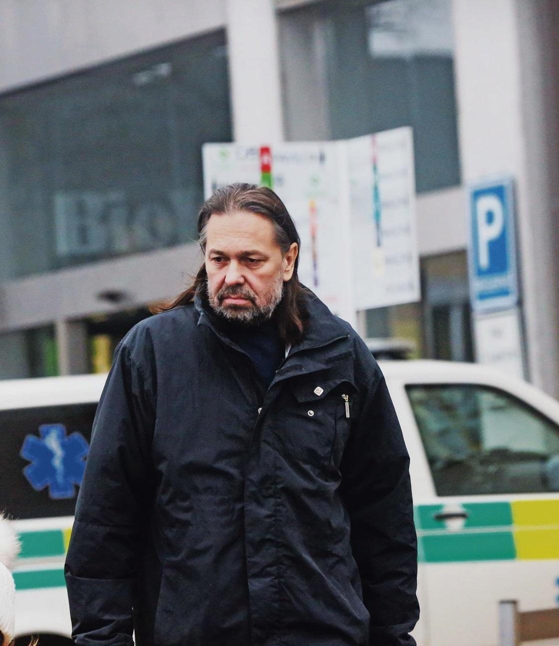 Jiří Pomeje po propuštění z nemocnice. Krk si chránil rolákem.