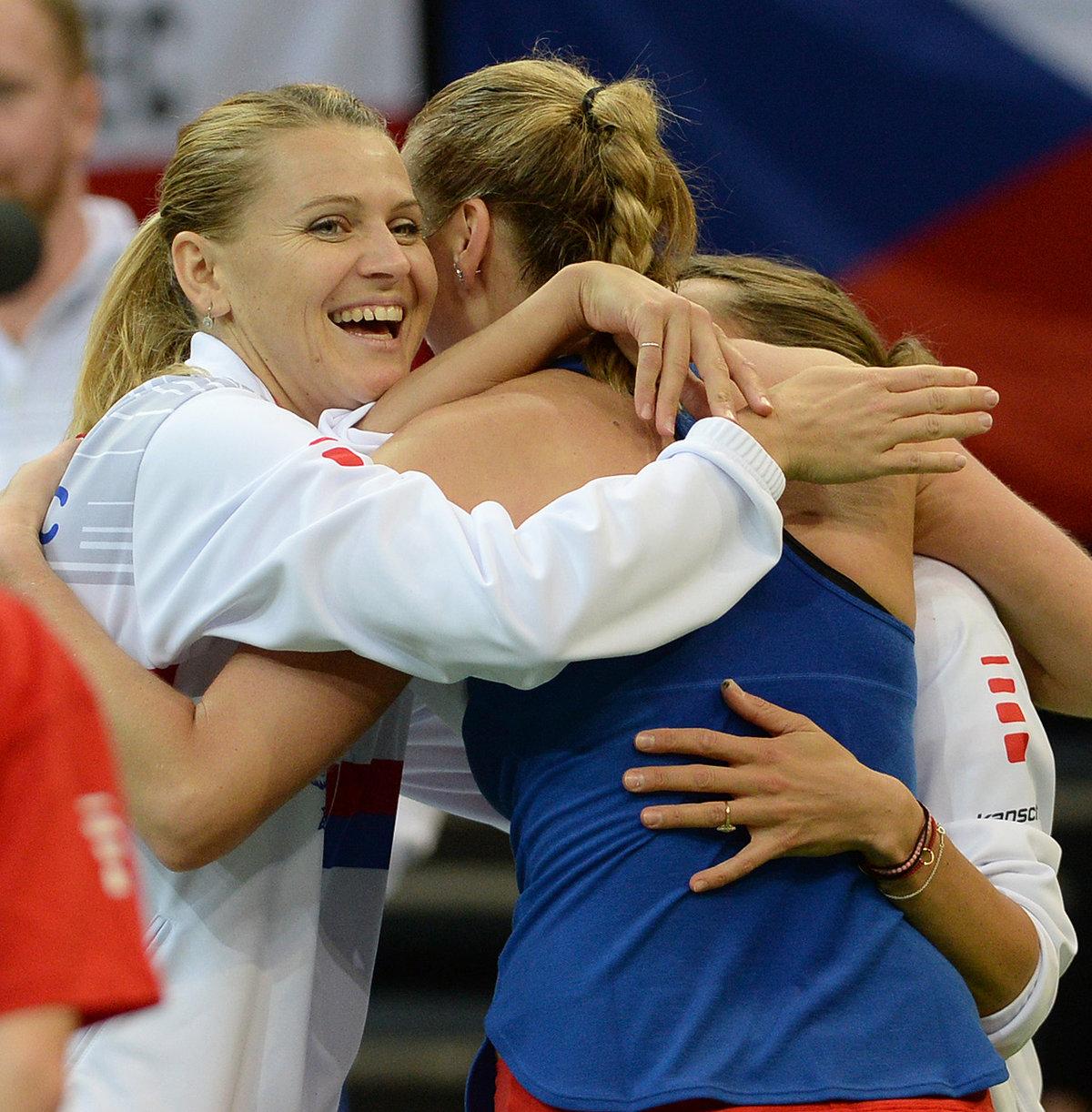 Petra Kvitová se objímá s Lucií Šafářovou po postupu českého týmu přes Švýcarsko