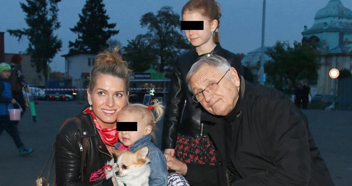 Jiří Menzel s Olgou vychovává dvě dcery