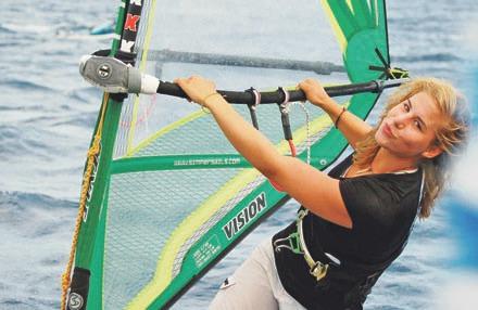 Krom lyží a snowboardu se věnuje i windsurfifingu, který ji naučil táta