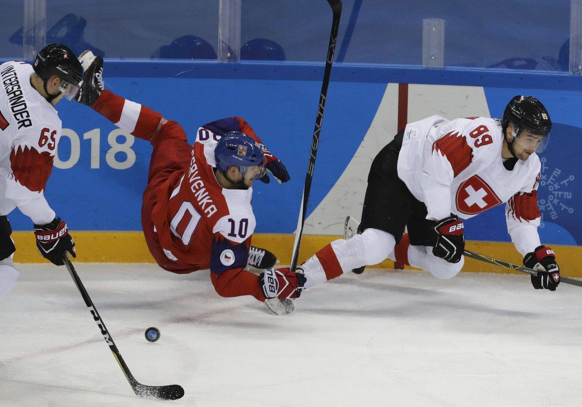 Roman Červenka padá na led po srážce s Codym Almondem