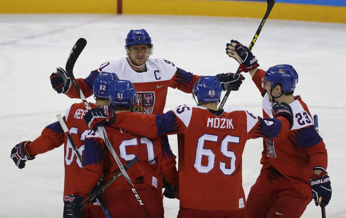 Český tým se raduje z první trefy zápasu