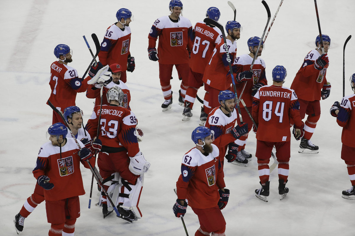 Čeští hokejisté se radují po postupu do čtvrtfinále